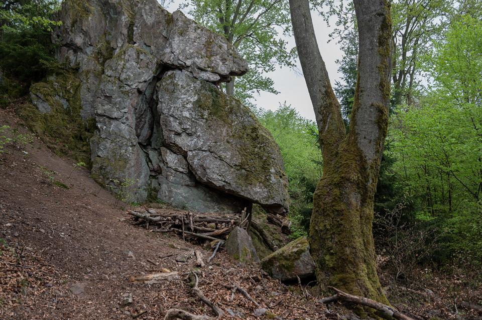 Spitzenstein: Podest für die Bouldermatte oder zum Übernachten. Aus dieser Perspektive wirkt er ein wenig wir ein Bär der einen Berg hinterrutscht :-)