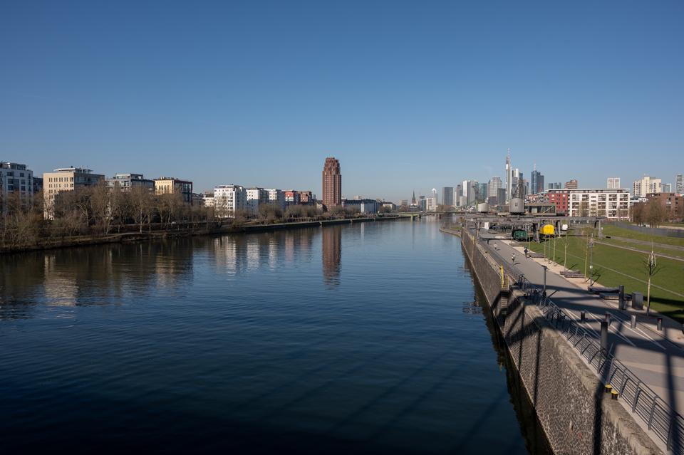 Die Schönheit der Der EZB. Leben am Fluß Frankfurt/Main April 2021