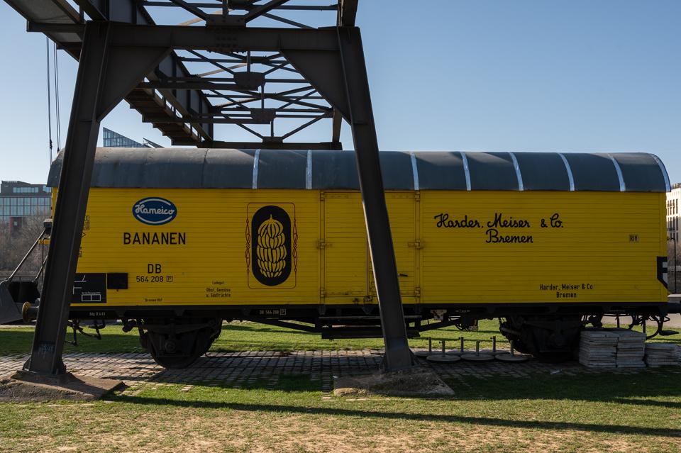 Die Schönheit der EZB Dekorativer Güterwaggon mit historischen Hafenentladekran,