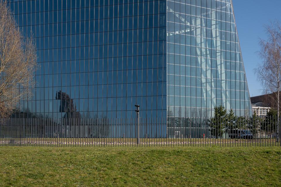 Landschaftspark EZB: Frontalansicht, Frankfurt/Main April 2021