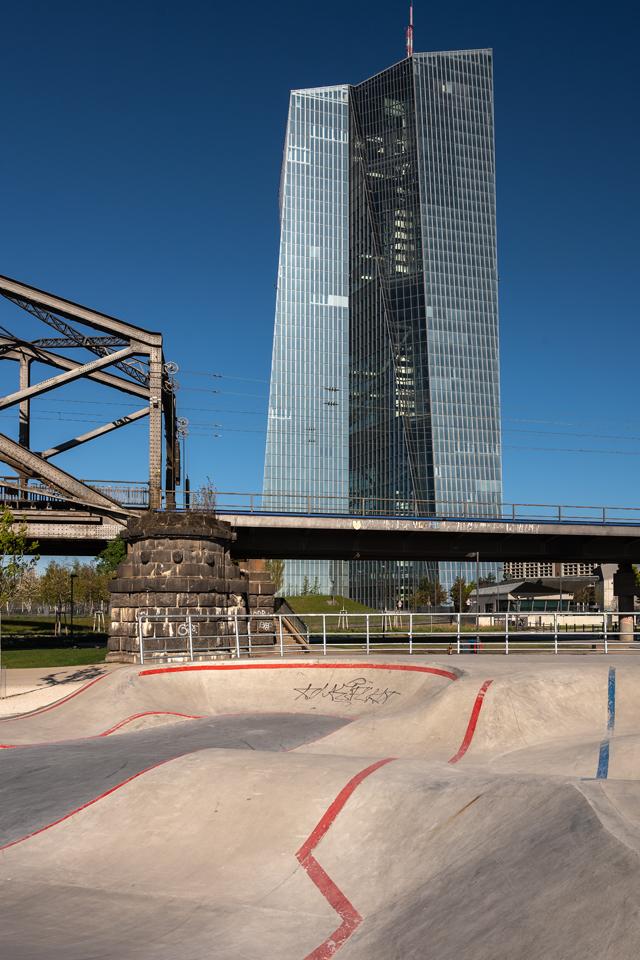 Die Schönheit der EZB: Skaterpark, Frankfurt/Main, April 2021